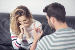 Combattimento arrabbiato attraente delle coppie e gridare ad a vicenda fotografie stock