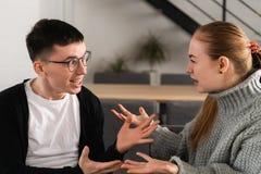 Combattimento arrabbiato attraente delle coppie e gridare ad a vicenda fotografie stock libere da diritti