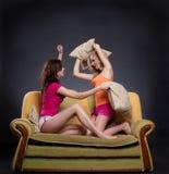Combattimento del cuscino delle ragazze Fotografia Stock