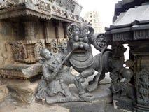 Combattimento del guerriero di Hoysala con il leone Fotografia Stock