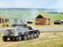 Combattimento del serbatoio sul villaggio Fotografia Stock Libera da Diritti