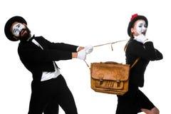Combattimento dell'uomo e della donna di affari sopra la cartella Fotografie Stock Libere da Diritti