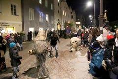 Combattimento di Krampus nella via Fotografia Stock Libera da Diritti