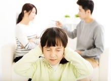Combattimento e bambina dei genitori che sono turbati Immagini Stock Libere da Diritti