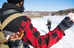Combattimento e divertiresi della palla di neve delle coppie fotografia stock libera da diritti