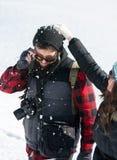 Combattimento e divertiresi della palla di neve delle coppie immagine stock