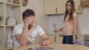 Combattimento possessivo della moglie con il marito a casa, accusandolo della frode, divorzio stock footage