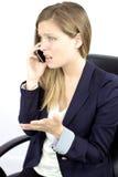 Combattimento sottolineato della donna sul telefono Immagini Stock