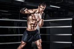 Combattimento tailandese muay del pugile dello sportivo nella gabbia di pugilato Con lo spazio della copia Concetto di sport immagini stock