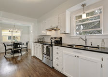 Combinação branca do armazenamento da cozinha e dispositivos do aço imagens de stock