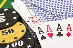 Combinação de quatro áss no fundo de uma plataforma de cartões e de microplaquetas de pôquer Fotografia de Stock Royalty Free