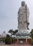 A combinação disparou da estátua de Amitabha com a Buda no fundo. Foto de Stock Royalty Free