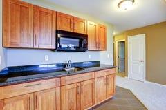 Combinação do armazenamento da cozinha com a parte superior preta Imagens de Stock Royalty Free