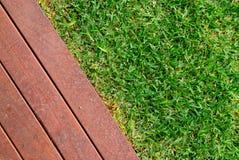 Combinações de grama e de madeira Fotos de Stock Royalty Free
