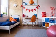 Combinación del dormitorio y del sitio de estudio Fotografía de archivo libre de regalías