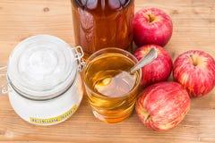Combinación del vinagre de sidra de Apple y del bicarbonato de sosa para el reflujo ácido fotos de archivo libres de regalías