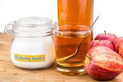 Combinación del vinagre de sidra de Apple y del bicarbonato de sosa para el reflujo ácido imagenes de archivo