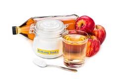 Combinación del vinagre de sidra de Apple y del bicarbonato de sosa para el reflujo ácido fotografía de archivo