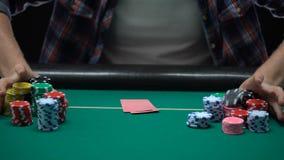 Combinación masculina de la tarjeta de comprobación del jugador del casino y apuesta de todos los microprocesadores, estrategia metrajes