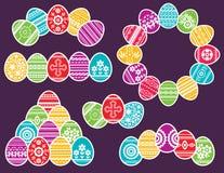 Combinaciones de huevos de Pascua del color aislados en fondo púrpura Huevos de Pascua del d?a de fiesta adornados con las flores libre illustration