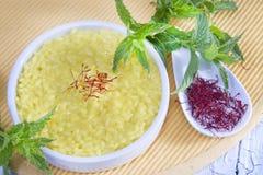 Combinaciones del alimento, arroz del azafrán. Imagen de archivo
