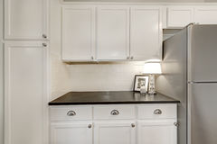Combinaison blanche de stockage de cuisine et appareils d'acier Images stock