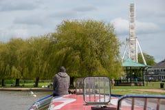 Combinaison de bateau de canal, de grande roue de ferris et de kiosque à musique dans Stratford sur Avon pendant la saison de tou images stock