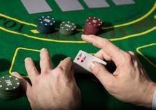Combinaison de gain en jeu de poker Cartes et puces sur un tissu vert image stock