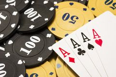 Combinaison de plan rapproché de quatre as sur des jetons de poker Photo libre de droits