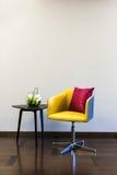 Combinazione della sedia della Tabella davanti ad una parete normale Fotografie Stock