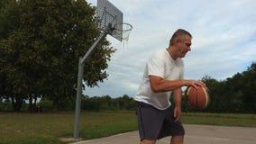 Combinazione di pallacanestro di addestramento del giocatore di pallacanestro nel giorno di estate video d archivio