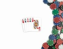 Combinazione e chip della mazza di poker Isolato fotografia stock libera da diritti