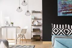 Combinazione moderna di camera da letto e di ufficio Immagine Stock