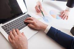 Combine al equipo joven de los businessmans del trabajo que trabaja con el nuevo projec de lanzamiento imagen de archivo