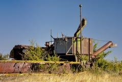 Combine antico che arrugginisce nel terreno Fotografia Stock
