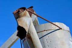 Combine el detalle del brazo de la tolva con el cielo azul profundo Imagenes de archivo