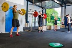 Combine el entrenamiento con los pesos y los kettlebells en el gimnasio de la aptitud fotos de archivo libres de regalías