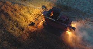 Combine el trabajo en el campo agrícola por la ensenada, opinión aérea de la cosecha del abejón almacen de metraje de vídeo