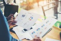 combine las manos de la mujer de negocios que trabajan y que llevan a cabo el gráfico de negocio inf Imagenes de archivo