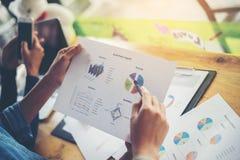 combine las manos de la mujer de negocios que trabajan y que llevan a cabo el gráfico de negocio inf Imágenes de archivo libres de regalías