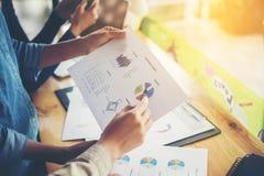 combine las manos de la mujer de negocios que trabajan y que llevan a cabo el gráfico de negocio inf Fotografía de archivo libre de regalías