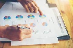 combine las manos de la mujer de negocios que trabajan y que llevan a cabo el gráfico de negocio inf Foto de archivo libre de regalías