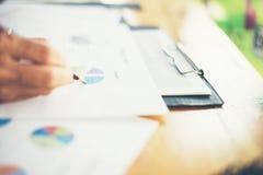 combine las manos de la mujer de negocios que trabajan y que llevan a cabo el gráfico de negocio inf Fotos de archivo