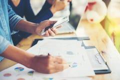 combine las manos de la mujer de negocios que trabajan y que llevan a cabo el gráfico de negocio inf Imagen de archivo libre de regalías