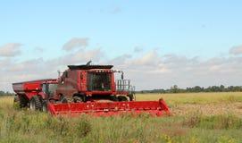 Combine rosso dell'azienda agricola immagine stock