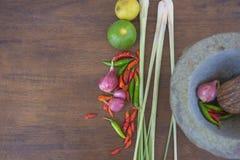 Combine a sopa, alimento tailandês erval no fundo de madeira Tom Yum imagens de stock