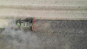Combiner la récolte du colza vue aérienne par drone banque de vidéos