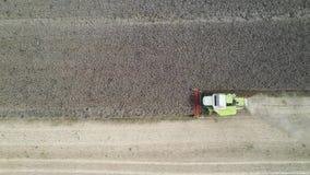 Combiner la récolte du colza - vue aérienne par drone clips vidéos