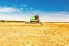 Combini la macchina con la carrozza che raccoglie l'avena sull'azienda agricola Immagini Stock Libere da Diritti