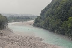 Combles sur la rivière de Soca en Slovénie image stock